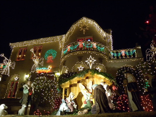 1024px-Dyker_Heights_lites_2010_jeh