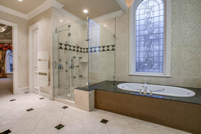 6807 Meadow master Bath